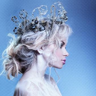 Piękny portret młodej dziewczyny. wizerunek królowej śniegu z koroną na głowie