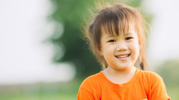 Piękny portret obraz emocjonalne twarz uśmiechniętego i śmiechu