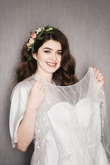 Piękny portret panny młodej w peignoir