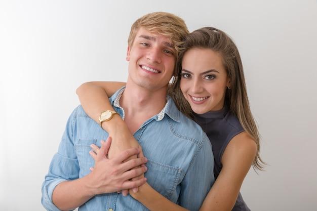 Piękny portret szczęśliwa caucasian para nad bielem