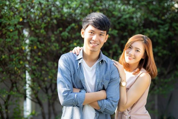 Piękny portret szczęśliwa para ono uśmiecha się w parku