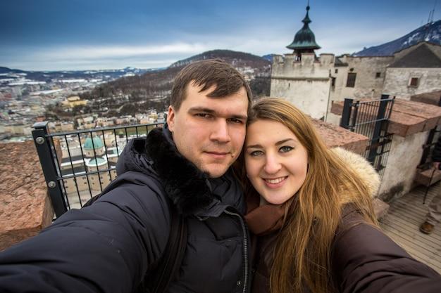 Piękny portret zbliżenie szczęśliwa uśmiechnięta para pozuje na tle starego zamku