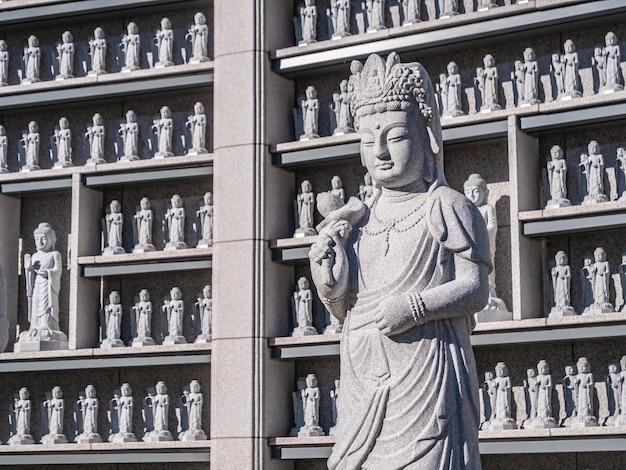 Piękny posąg buddyzmu w świątyni bongeunsa