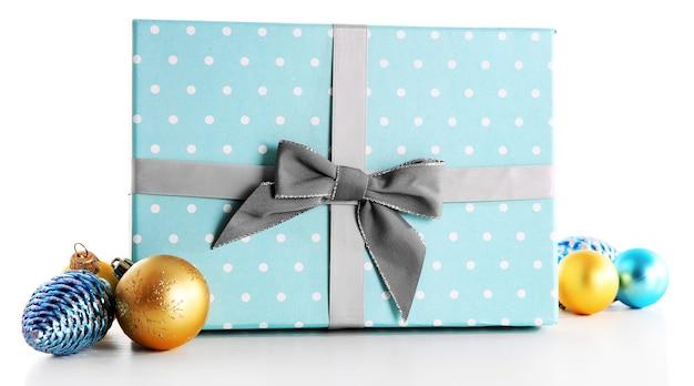 Piękny prezent na boże narodzenie z zabawkami na białym tle