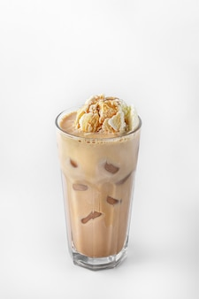 Piękny przezroczysty kieliszek letniego napoju. kawa z lodami i kostkami lodu na białym tle z naturalnymi cieniami