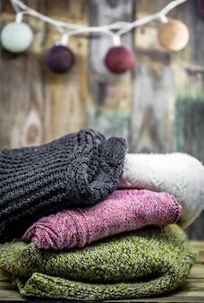 Piękny przytulny ciepły sweter na drewnie