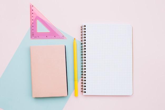 Piękny pulpit z notebooka i linijki na różowym tle