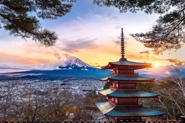 Piękny punkt orientacyjny góry fuji i pagody chureito o zachodzie słońca, japonia.