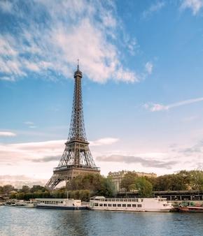 Piękny punkt orientacyjny wieża eiffla na sekwanie w paryżu
