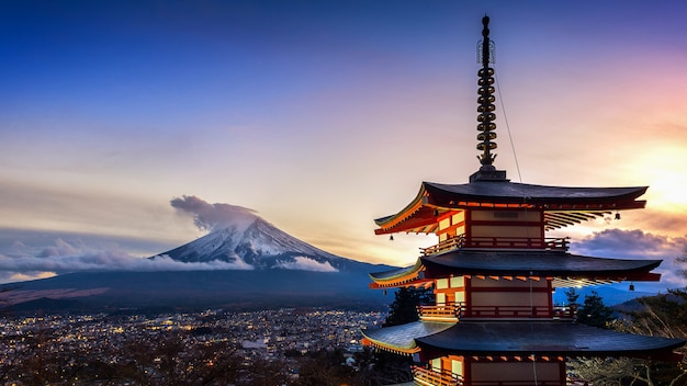 Piękny punkt zwrotny fuji góra i chureito pagoda przy zmierzchem, japonia.