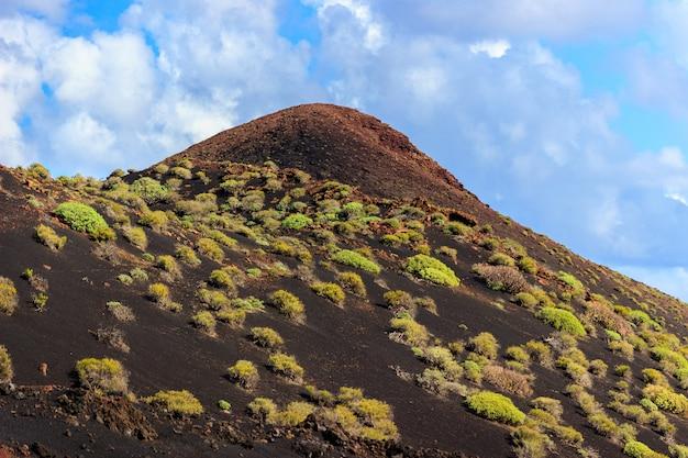 Piękny pusty krajobraz z hiszpańskiego szczytu wulkanu na teneryfie, wyspy kanaryjskie