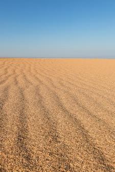 Piękny pusty piasek fala tekstura plaży. pionowy.