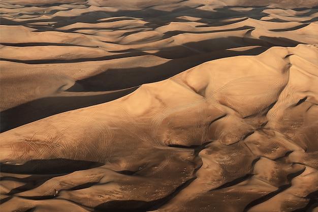 Piękny pustynny krajobraz z wydmami w dubaju