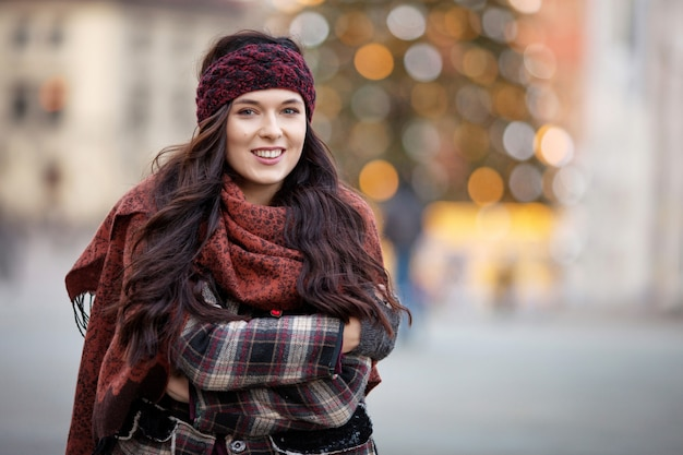 Piękny radosny kobieta portret w mieście