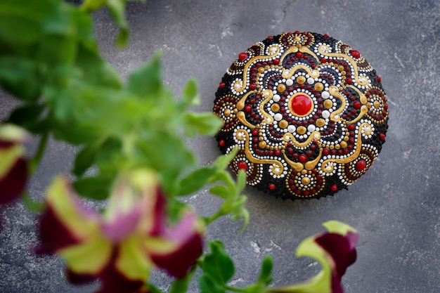 Piękny rock mandali na betonowym tle