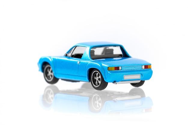 Piękny rocznik i retro wzorcowy błękitny samochód z bocznego widoku profilem