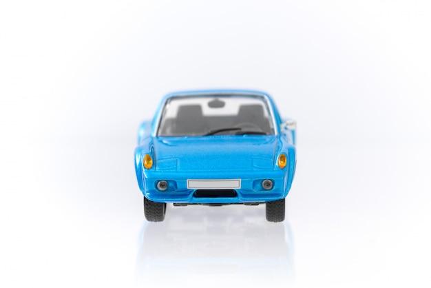 Piękny rocznik i retro wzorcowy błękitny samochód z frontowym widoku profilem