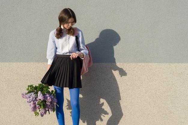Piękny romantyczny nastolatka spojrzeć na zegarek