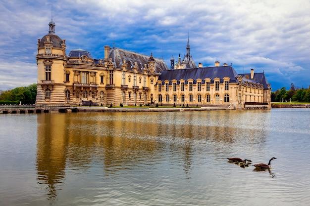 Piękny romantyczny zamek chateau de chantilly