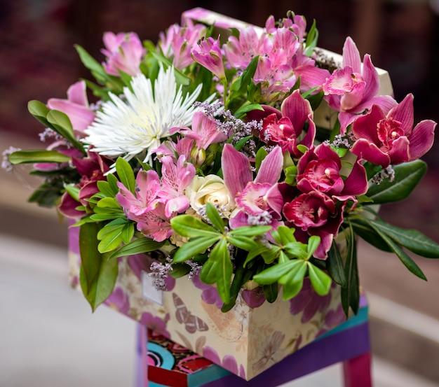 Piękny różowy bukiet kwiatów w pudełku