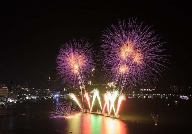 Piękny różowy fajerwerk na wybrzeżu pattaya z panoramą miasta, tajlandia