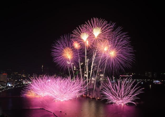 Piękny różowy fajerwerk na wybrzeżu pattaya z tłem miasta, tajlandia