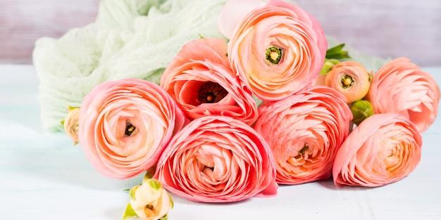 Piękny różowy jaskier bukiet na turkusie