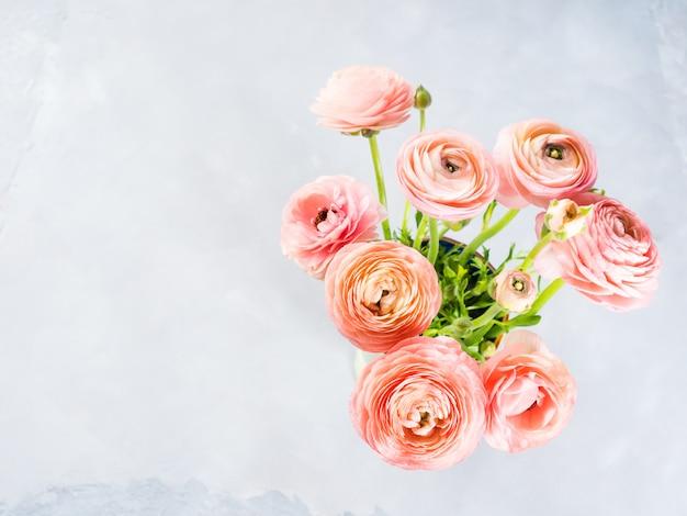 Piękny różowy jaskier bukiet. ślub matki dzień kobiety. wakacyjna elegancka wiązka kwiatów.
