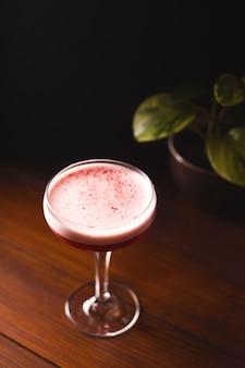 Piękny różowy koktajl z pianką w szklance.