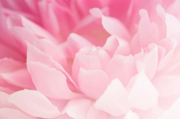 Piękny różowy kwiat sztuczny wykonany z kolorowymi filtrami, delikatnym kolorem i rozmyciem tła