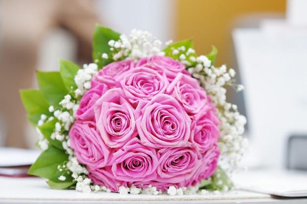 Piękny różowy ślubny bukiet kwiatów