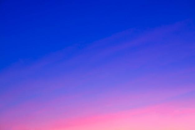 Piękny różowy zachód słońca. na tle. niebieskie niebo