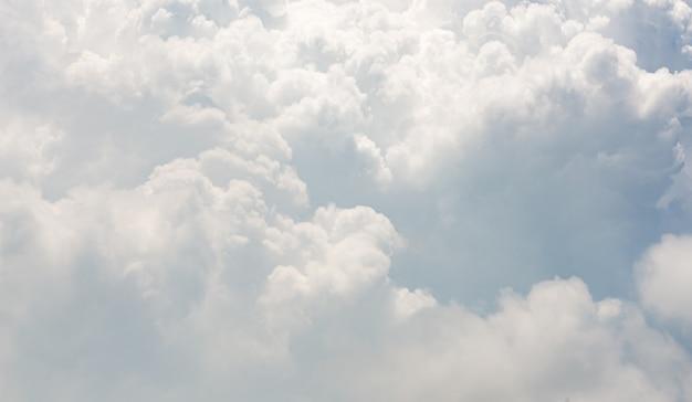 Piękny ruch rozmycie kształt chmury na błękitnym niebie