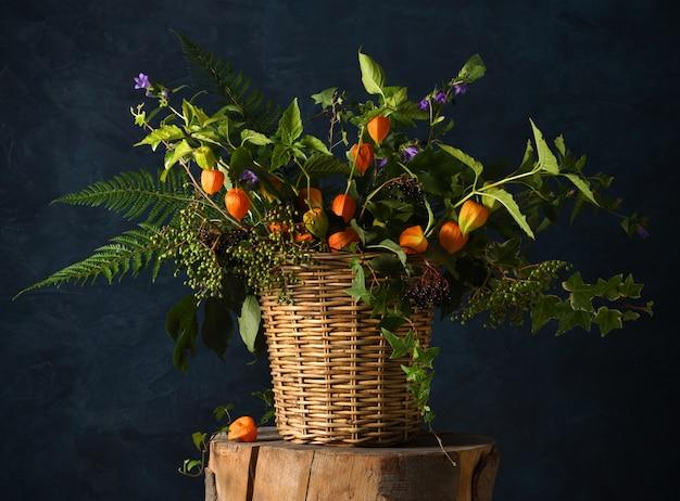 Piękny rustykalny bukiet z jagodami i kwiatami