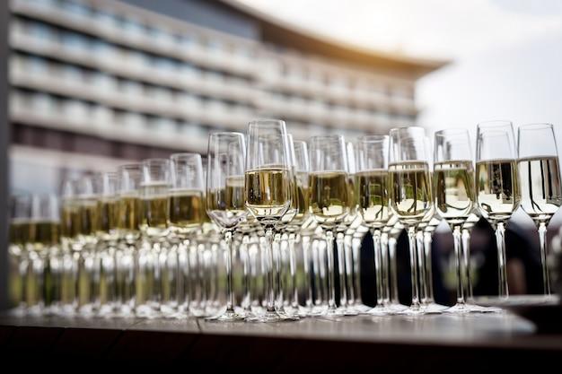 Piękny rząd wypełnionych kieliszków do wina na imprezie