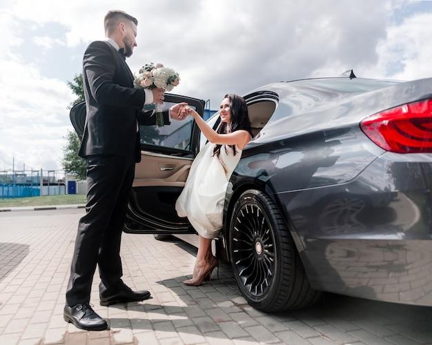 Piękny samochód do ślubu na ulicy miasta. święta i wydarzenia