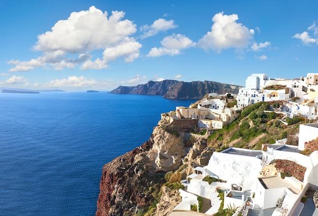 Piękny santorini w grecji, kaldera widok ze wsi oia