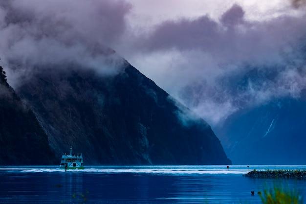 Piękny scenic z milford sound park narodowy fiordland southland nz