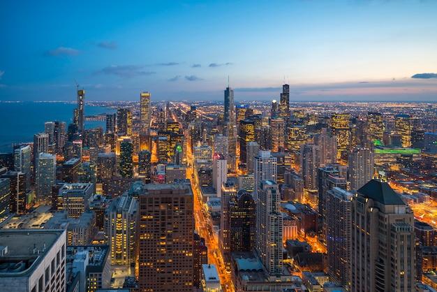 Piękny sceniczny widok dzielnicy biznesowej chicago pętla z linią horyzontu w wieczór świetle słonecznym. panoramiczny widok z lotu ptaka widok z góry lub widok architektury drone miasta. słynna atrakcja w chicago, usa.