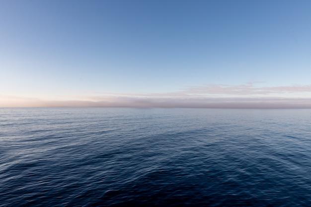 Piękny seascape niebo z chmurami