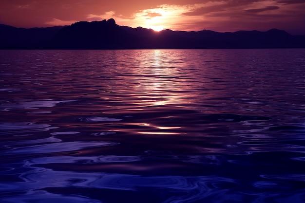 Piękny seascape oceanu zmierzchu odbicie