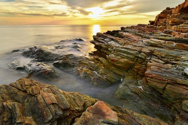 Piękny seascape podczas zmierzchu przy laem ya, mu ko samet park narodowy, rayong, tajlandia