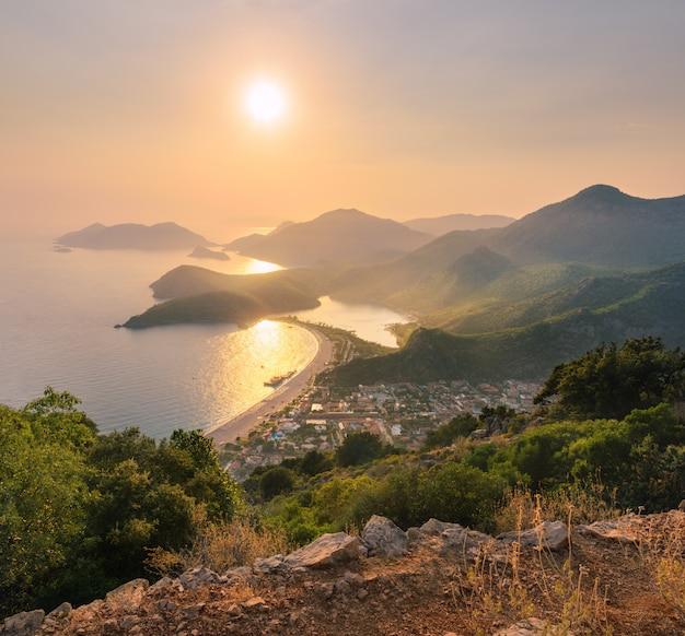 Piękny seascape z górami, wodą, wyspami