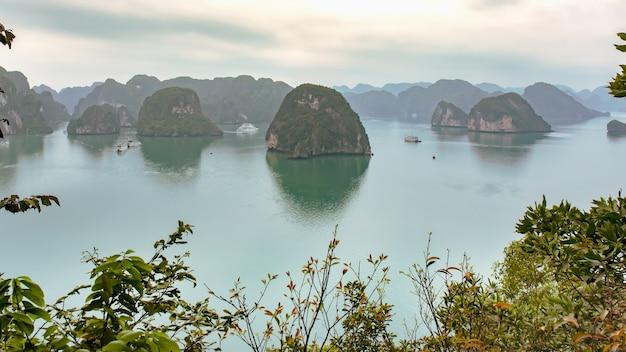 Piękny seascape z turystycznymi łodziami w halong zatoce