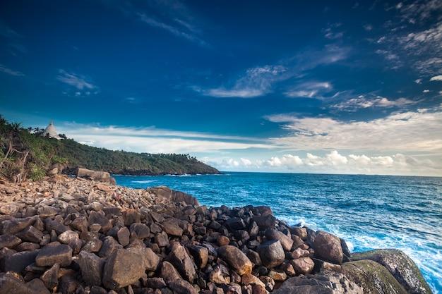 Piękny seascape ze skałami