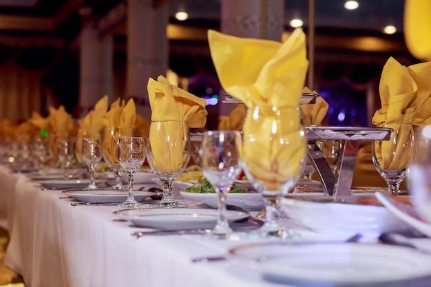 Piękny serwowany stół na wesele lub inną uroczystość na stole restauracyjnym ozdobionym na uroczystość