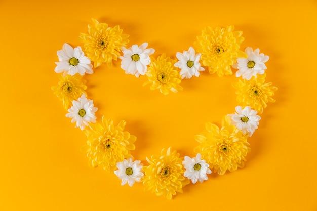 Piękny skład wiosennych kwiatów w kształcie serca
