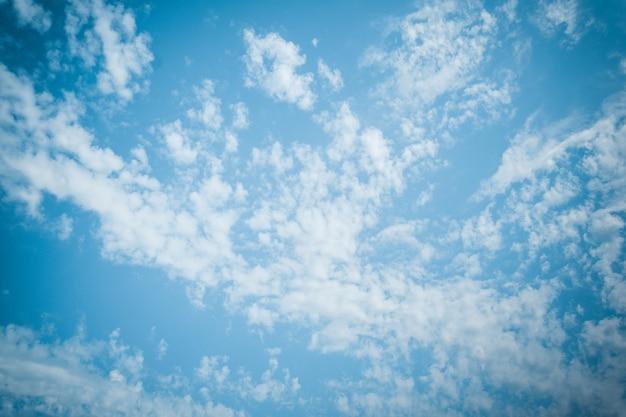 Piękny słoneczny dzień z pochmurnym niebem