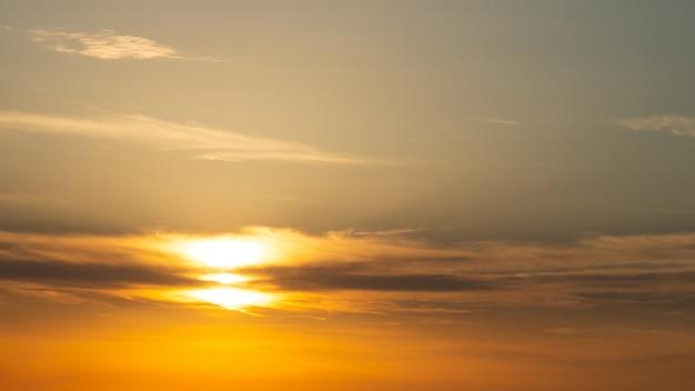 Piękny słoneczny poranek świcie na tle nieba.