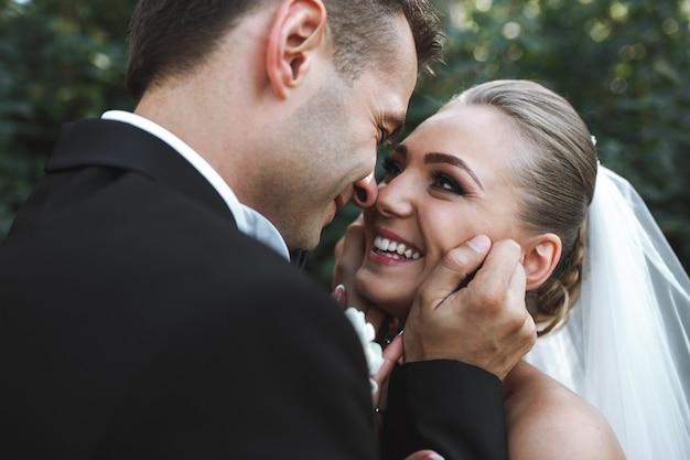 Piękny ślub para pozowanie w parku